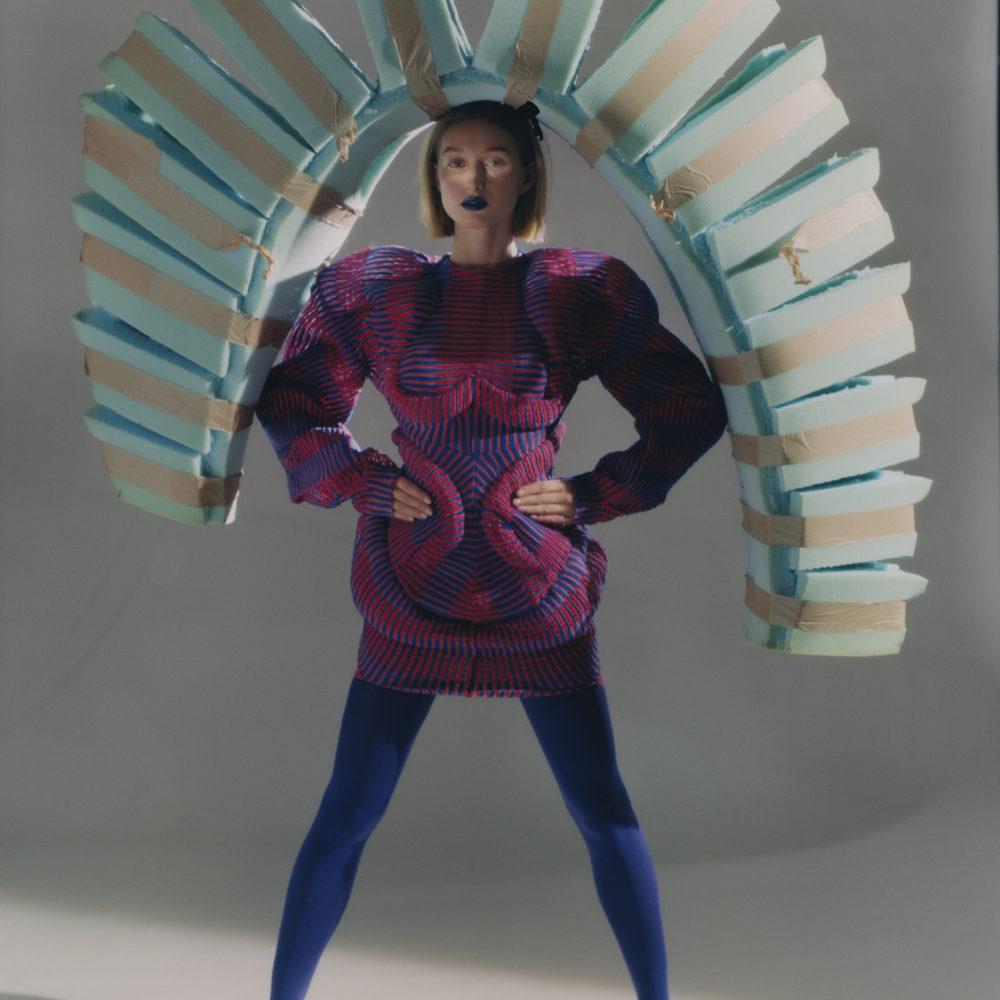 Femme portant une structure en mousse
