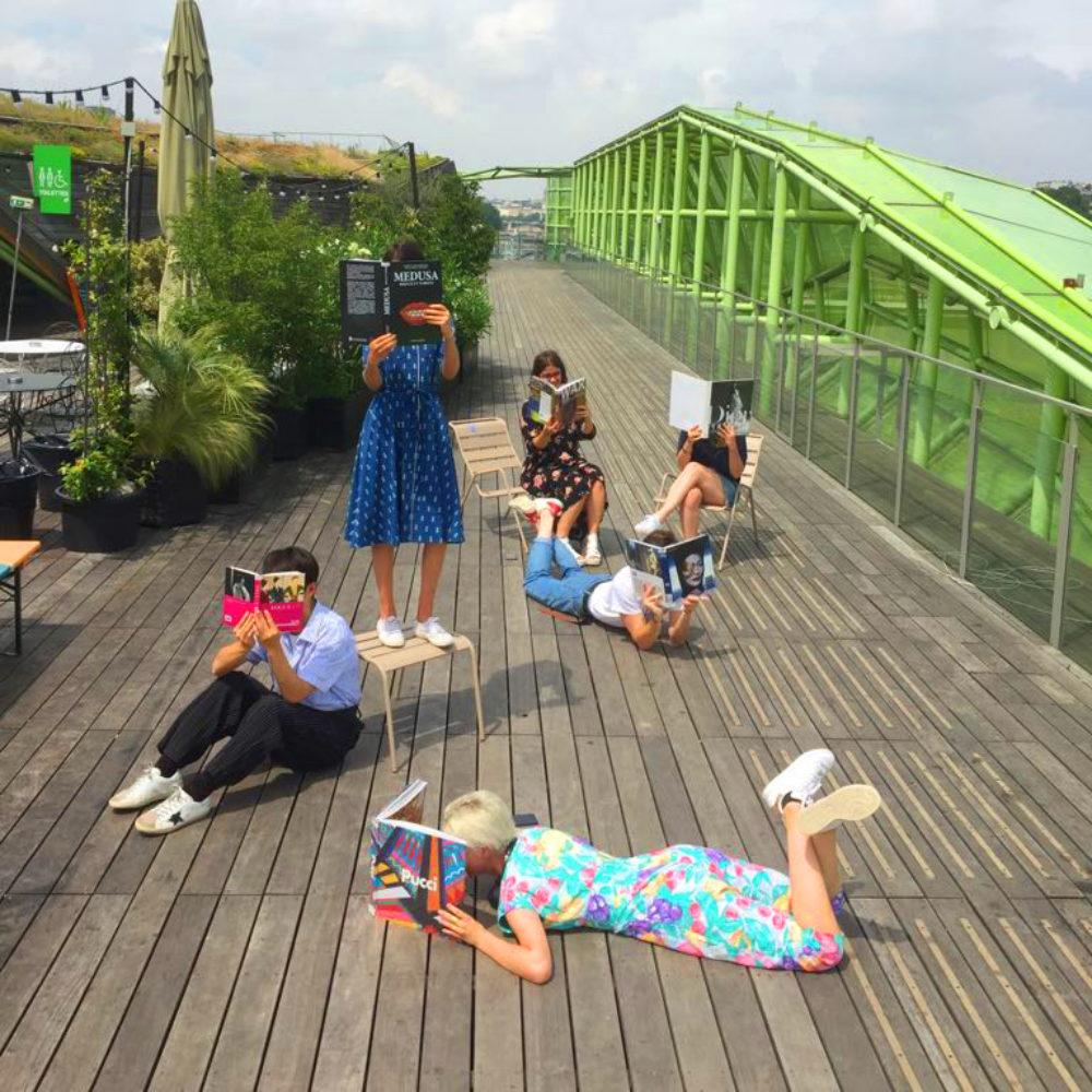 Etudiants lisant des ouvrages de mode au soleil