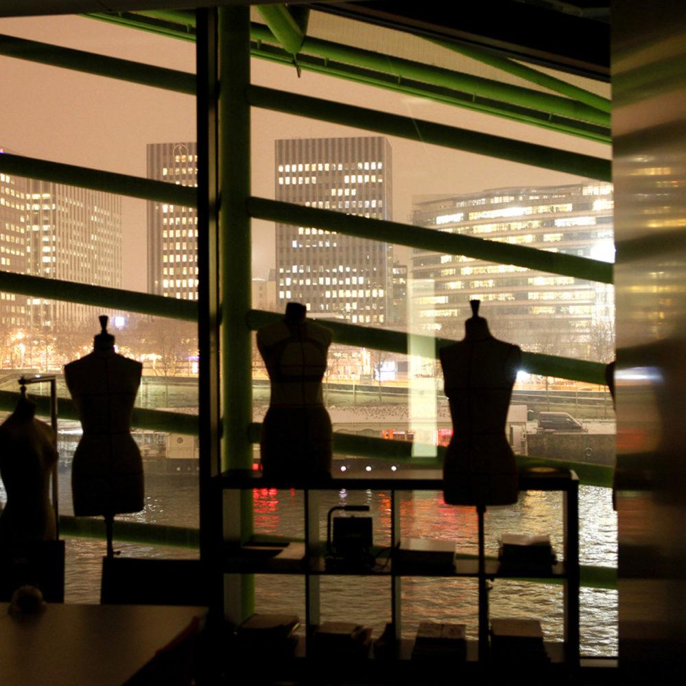 Photographie des ateliers de création de l'Institut Français de la mode prise de nuit
