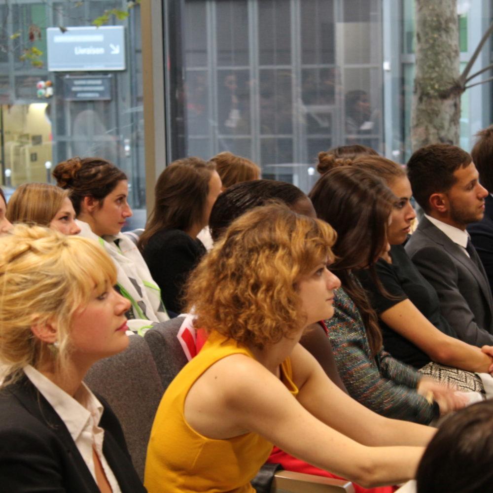 Etudiant assistant à une conférence dans le grand amphithéatre de l'Institut Français de la Mode