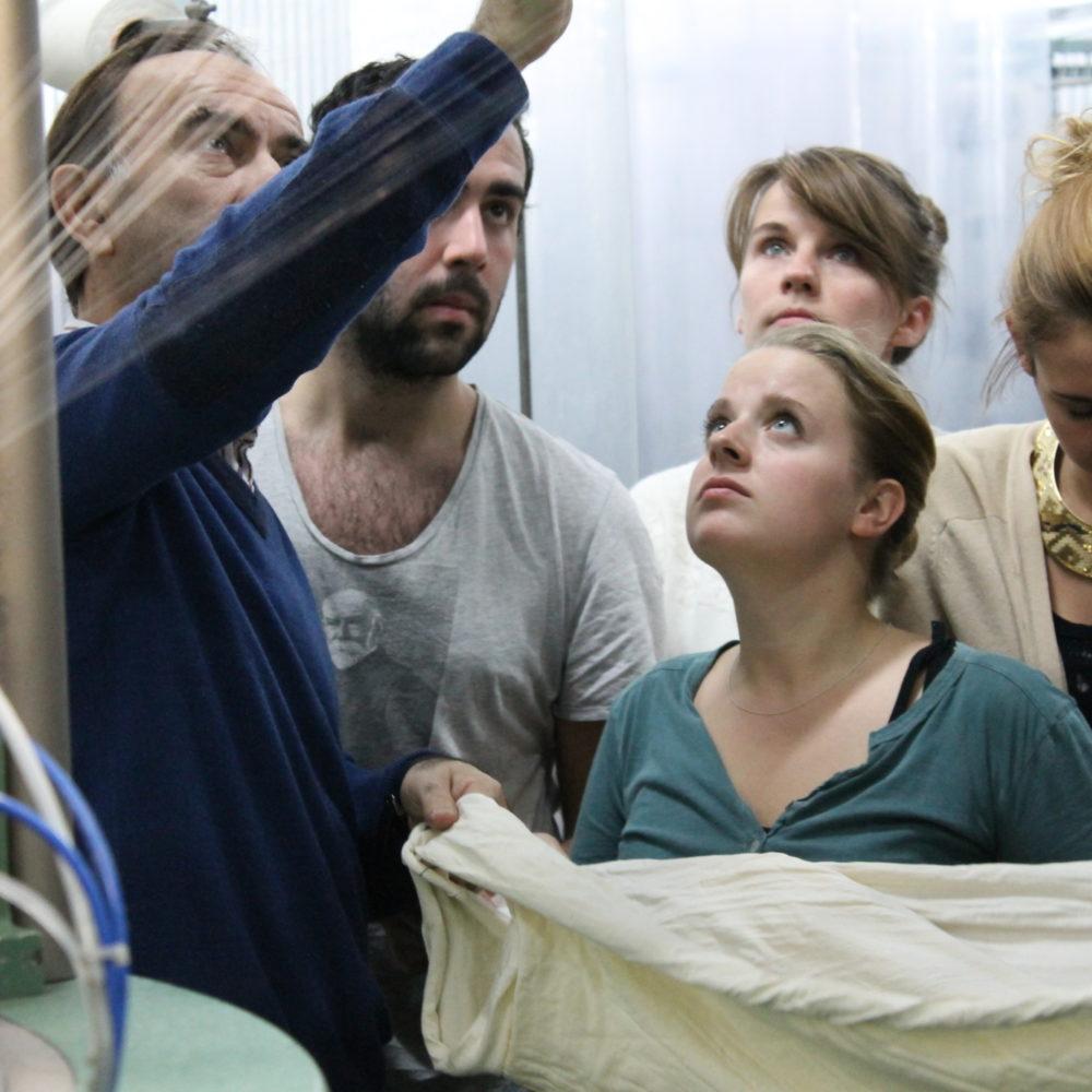 Les étudiants de l'Institut Français de la Mode visitent un atelier de tissage