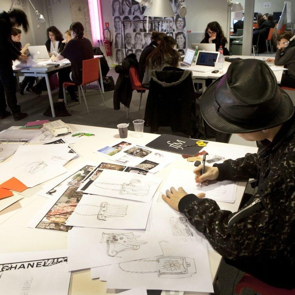 Groupes d'étudiants travaillant sur leurs projets de création à l'Institut Français de la Mode