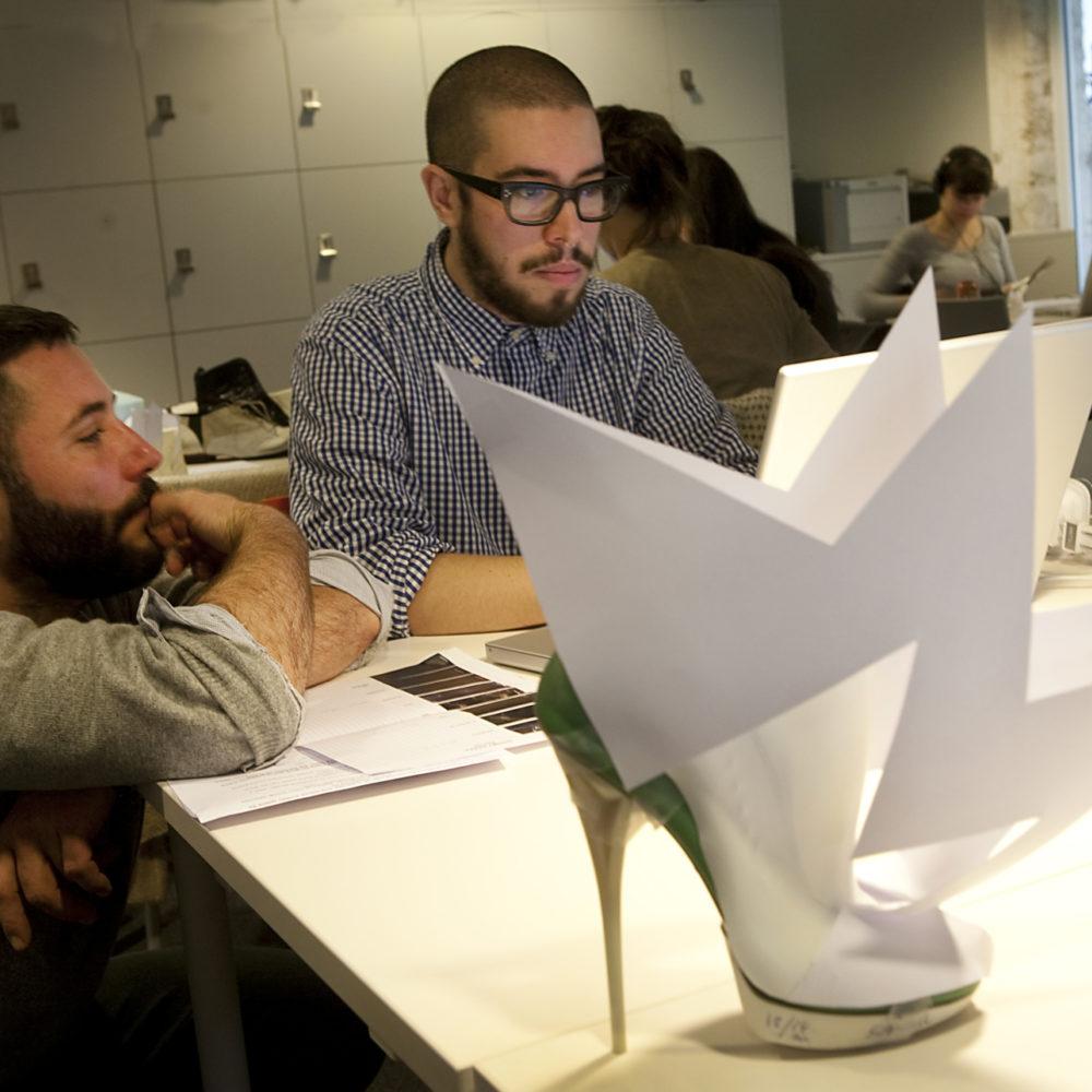 Deux étudiants de l'Institut Français de la Mode travaillent sur un prototype de chaussure
