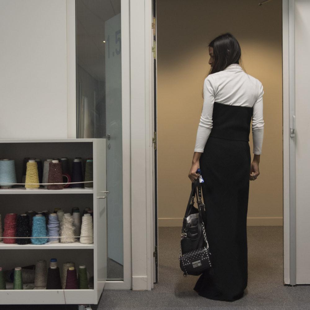 Etudiante de dos à la sortie d'un cours de l'atelier maille de l'institut Français de la Mode