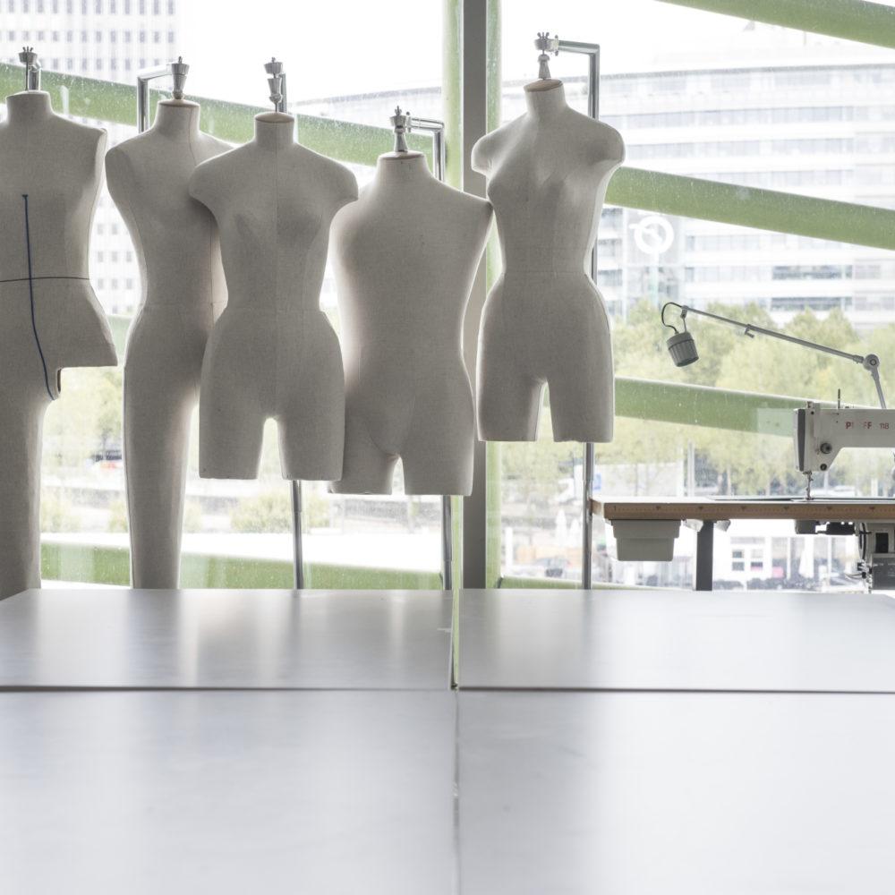 Salle de cours de l'Institut Français de la mode où l'on trouve des stockman et des machines à coudre