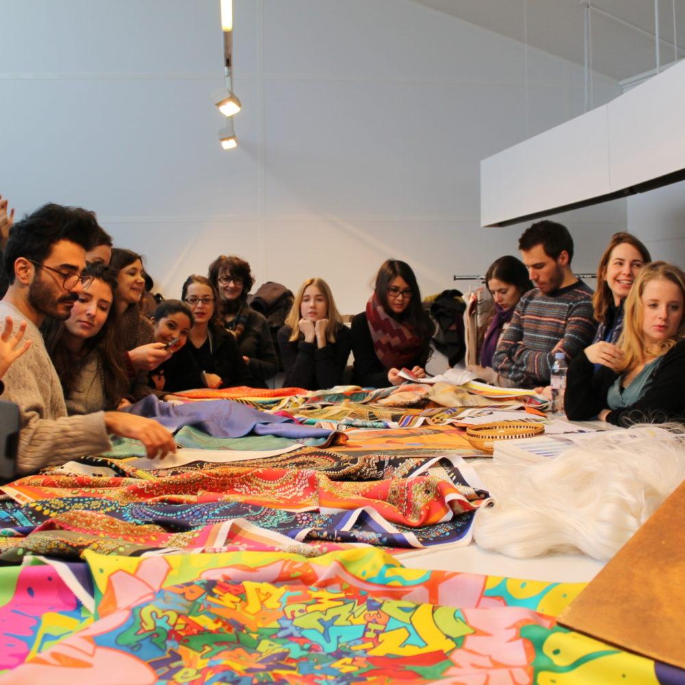 Des Etudiants découvrent de nouveaux tissus lors d'un atelier à l'Institut Français de la Mode